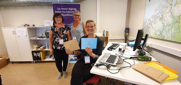 Valgfunksjonærer fra Porsanger kommune er klare til å ta imot forhåndsstemmer på biblioteket