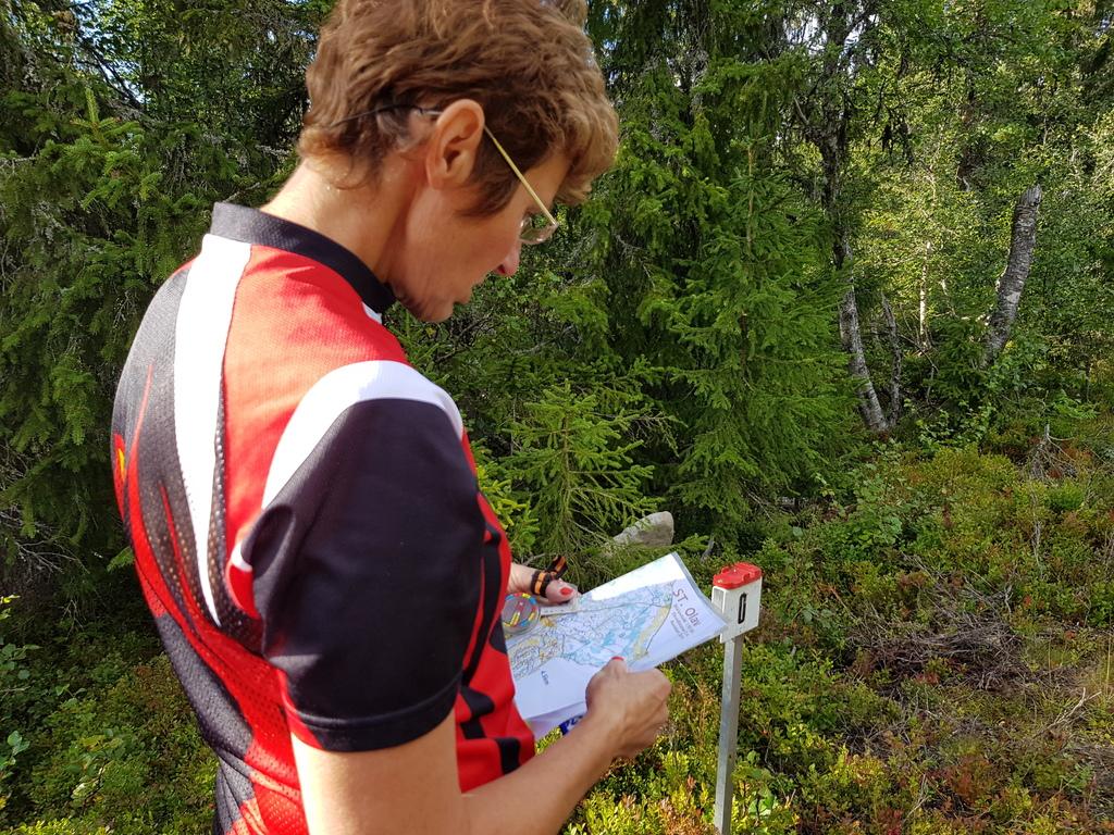 Marianne Rud Skjærstad studerer kartet før start.jpg