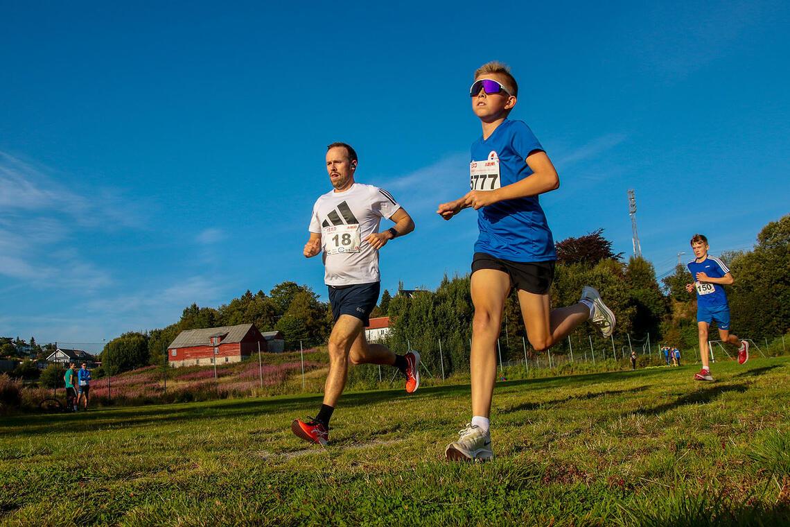 Espen Krohn-Hansen og Martin Mjelde legger ut på sesongens siste løp i Head Energy Sommerkarusell. (Alle foto: Arne Dag Myking).