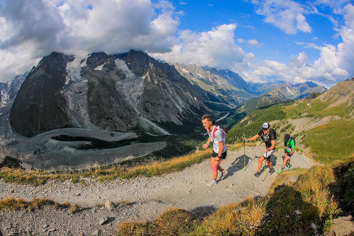 UTMB Mont Blanc byr på 7 ulike løp med varierende vanskelighetsgrad. Her ser vi den norske vinneren av TDS, Erik Sebastian Krogvig, i midten. (Foto: UTMB / Franck Oddoux)