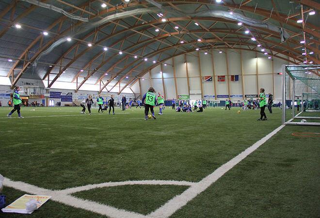 Barn som spiller fotball i Finnmarkshallen