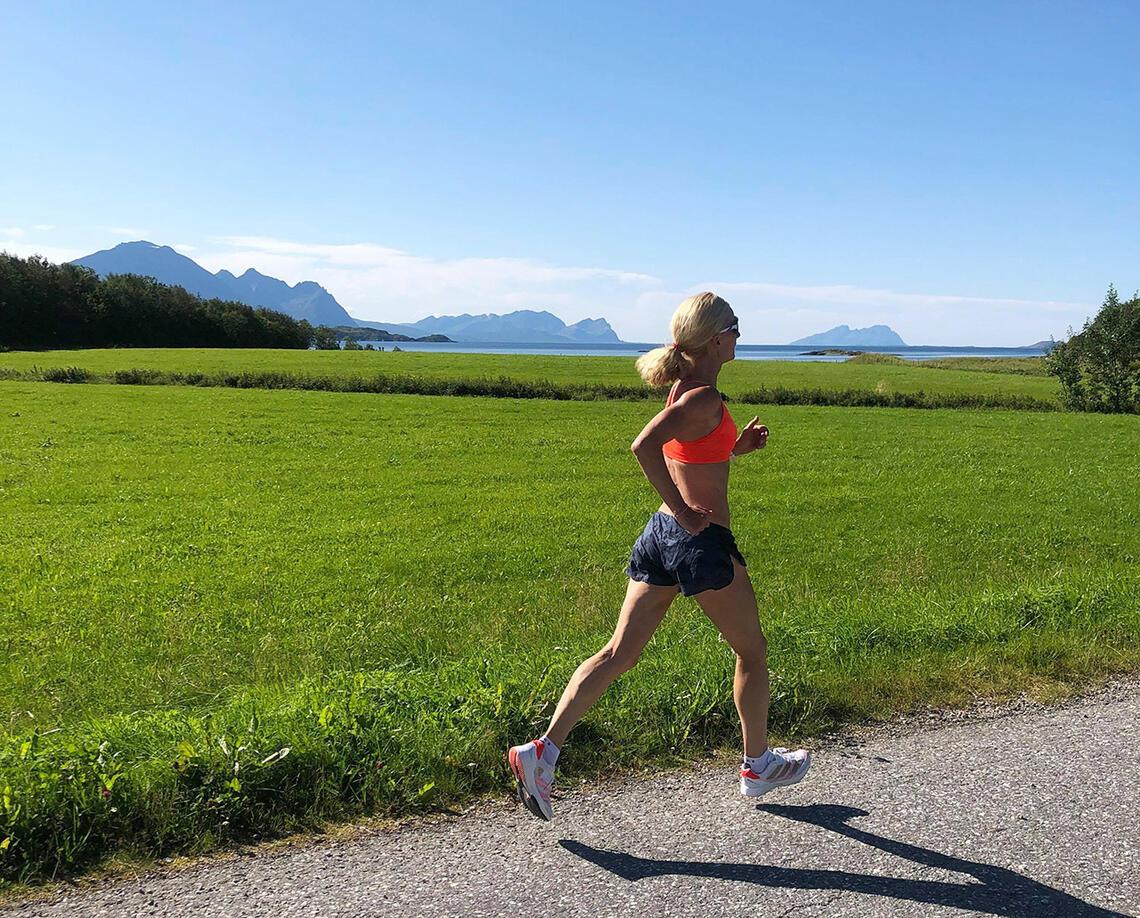 Lisbet Pedersen løper i vakre omgivelser på heimstedet Steigen. (Foto: Kim Rasmussen)