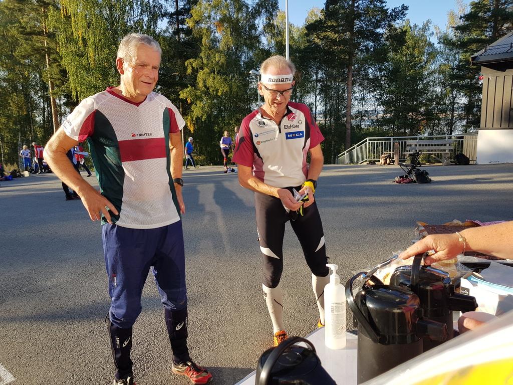 Harald Østbye og Arnfinn Pedersen strålte om kapp med sola i påvente av å få servering.jpg