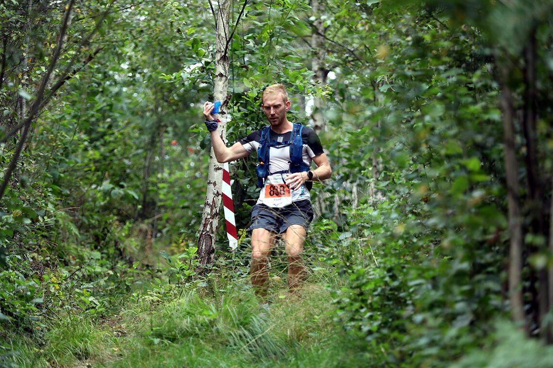 Man skal forsere mange høydemetere og mye skog og fin natur i GREP Grenlandsløpet. Her er Espen Spro Johansen på vei mot seier. (Foto: Avisa Varden)