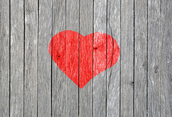 Rødt hjerte på trevegg