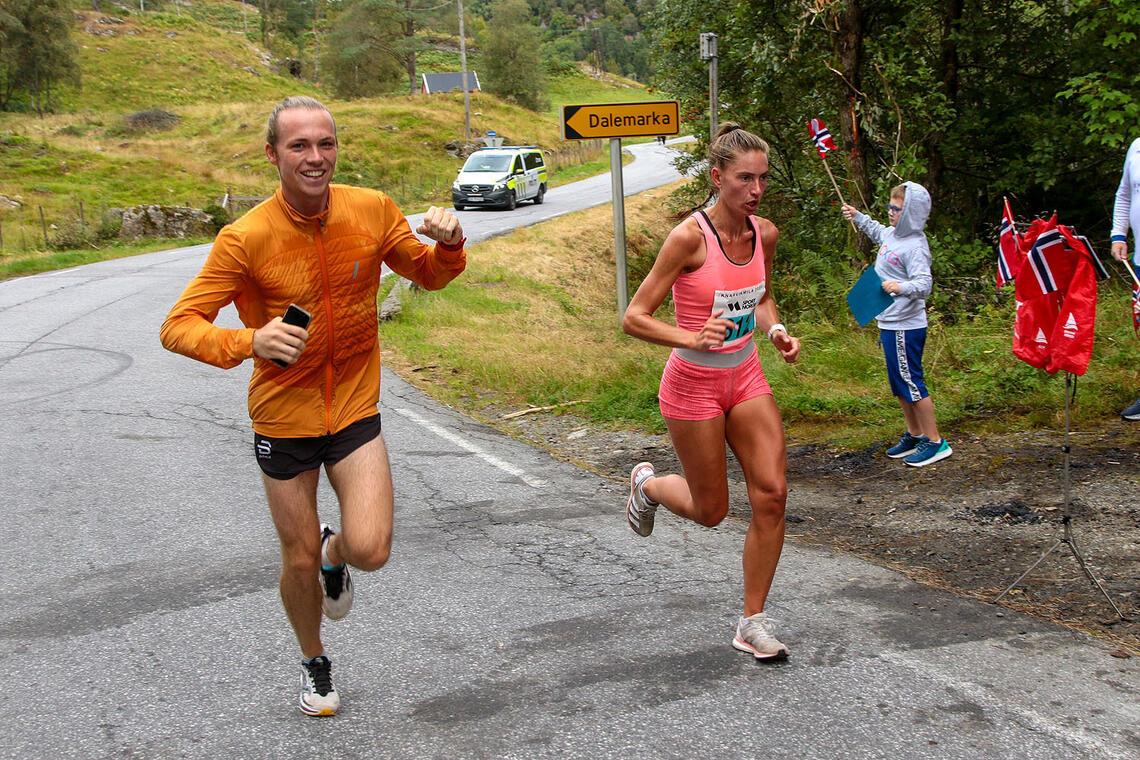 Rebekka Birkeland blir heiet frem gjennom løypen av kjæresten Marius Sørli. Og hjelp fra noen musikere var det visst også. (Foto: Arne Dag Myking)