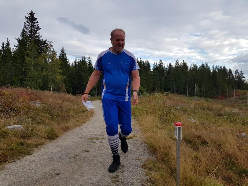 Jo Jørgensen mot mål med ett lurt smil.