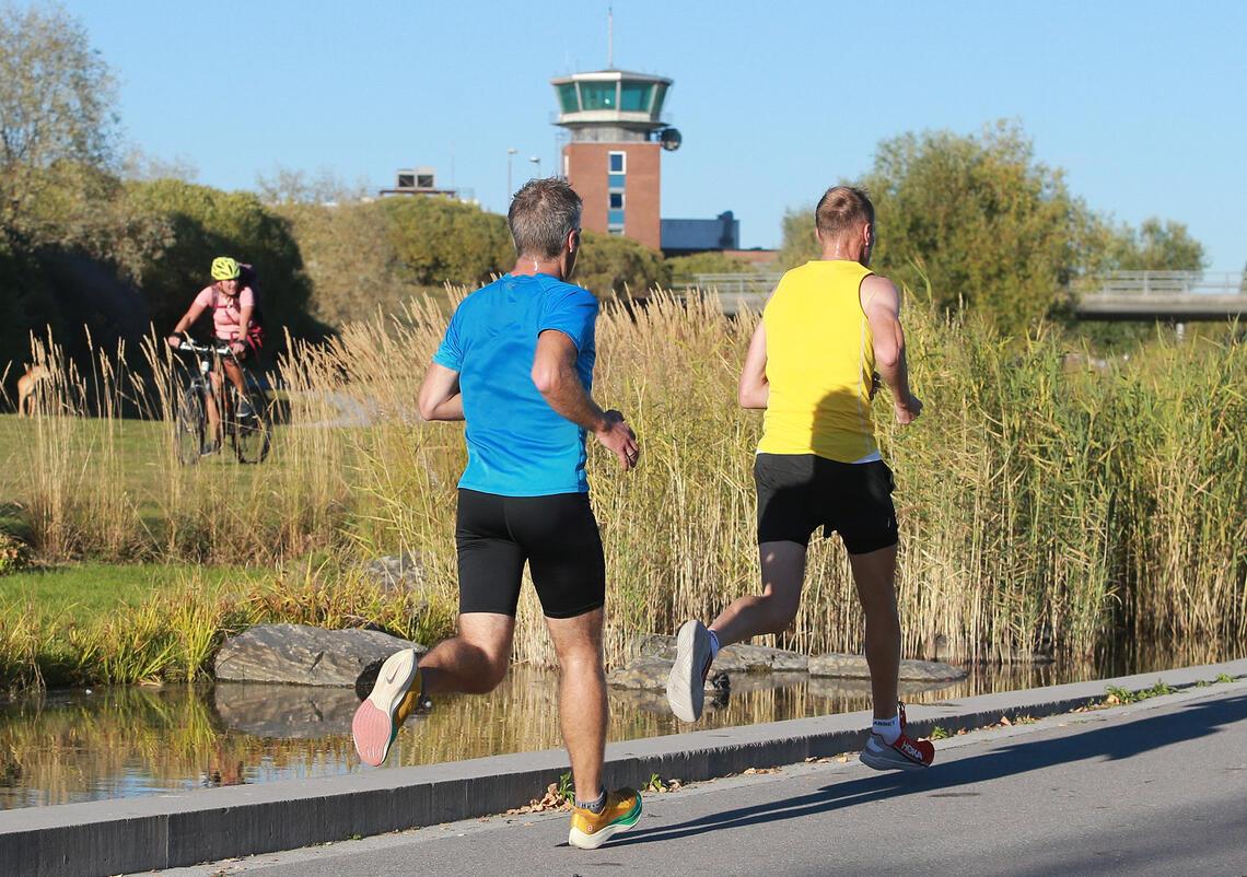 Landemerke: Kontrolltårnet på Norges tidligere hovedflyplass er symbol for Fornebuløpet og løperne passerer det like før de kommer i mål i Telenor Arena. (Foto: Kjell Vigestad)