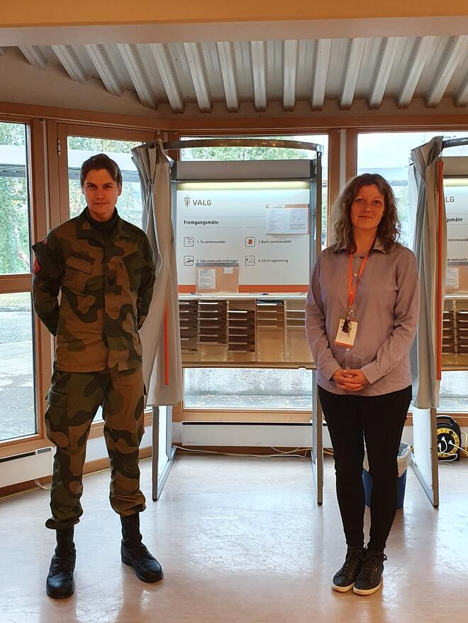 Velferdsbefal Philip Sverre og formannskapssekretær Kristine Sunde Fauske, melder om godt samarbeid mellom Garnisonen i Porsanger og kommunen rundt Stortings- og Sametingsvalget.