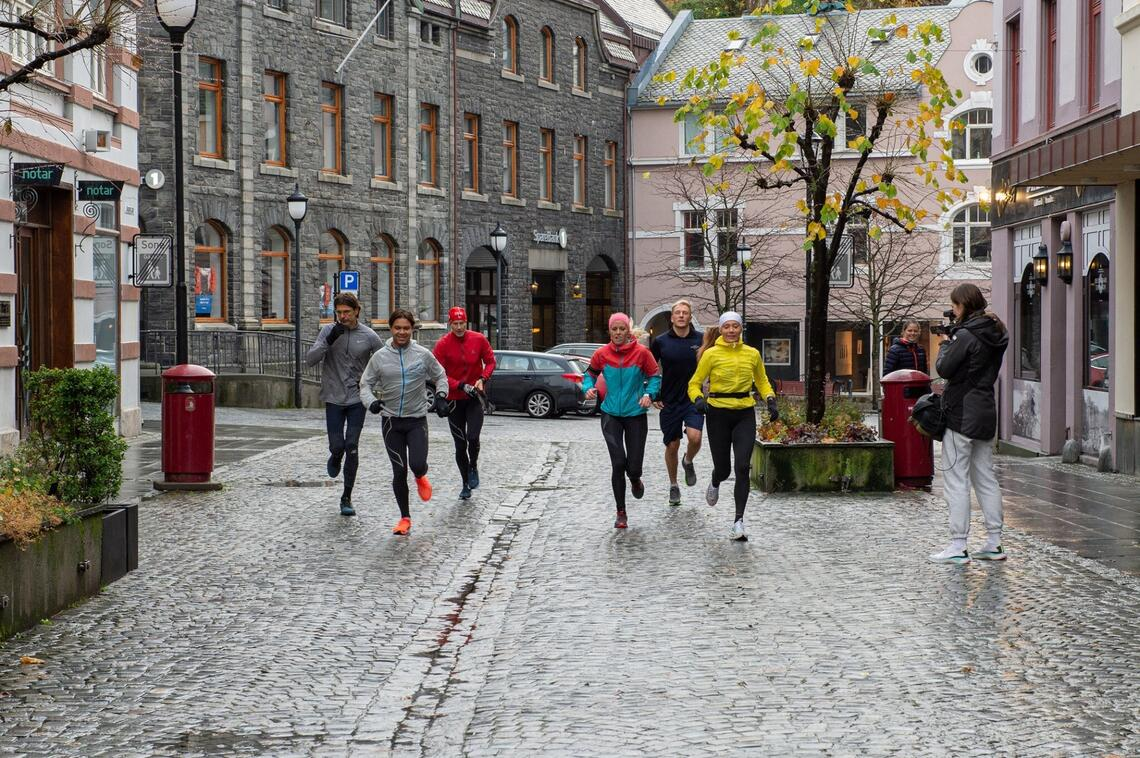 Her har deltakerne løpt ned Løvendvollbakken og er på veg inn Kongensgate som er gågate. Foto: Petter Hove