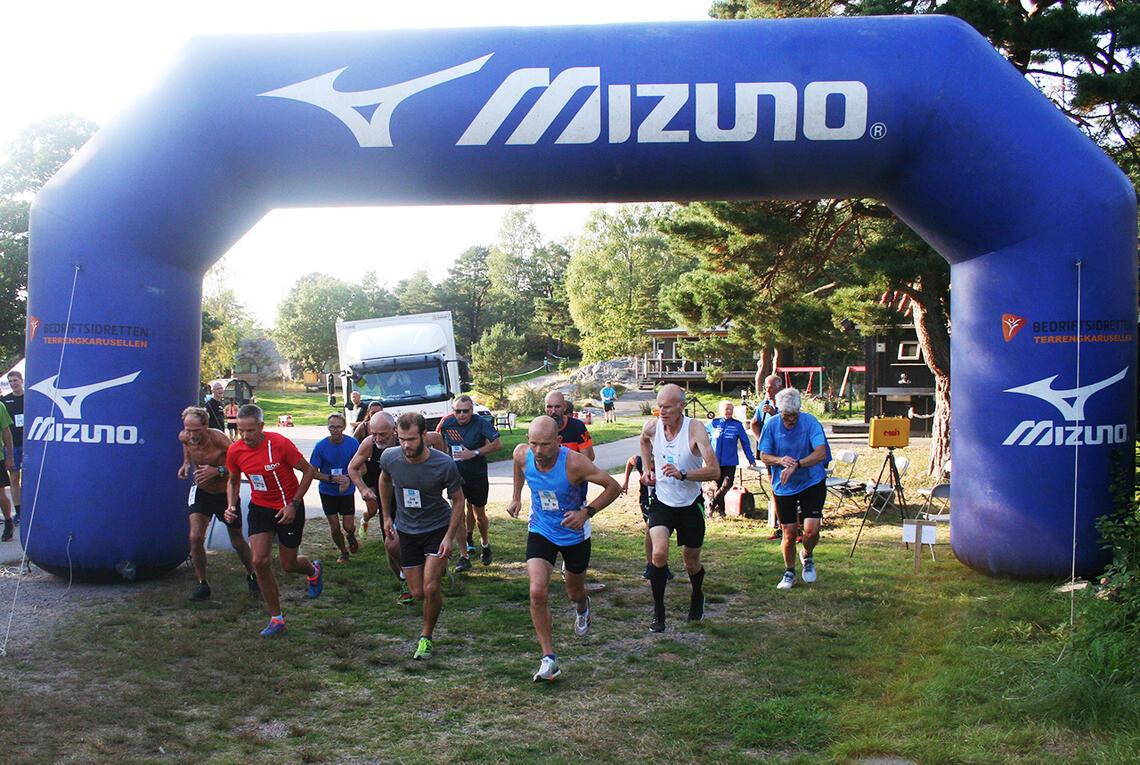 Ei gruppe som skal løpe kortløypa legger ut fra start. (Foto: Sverre Larsen)