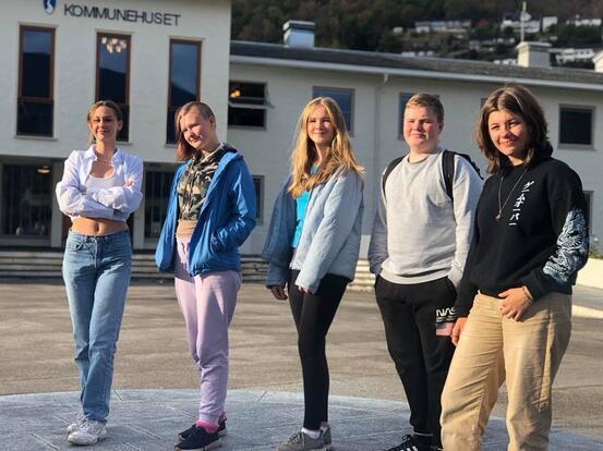 Fem ungdomar på rekkje framfor kommunehuset i Sogndal.