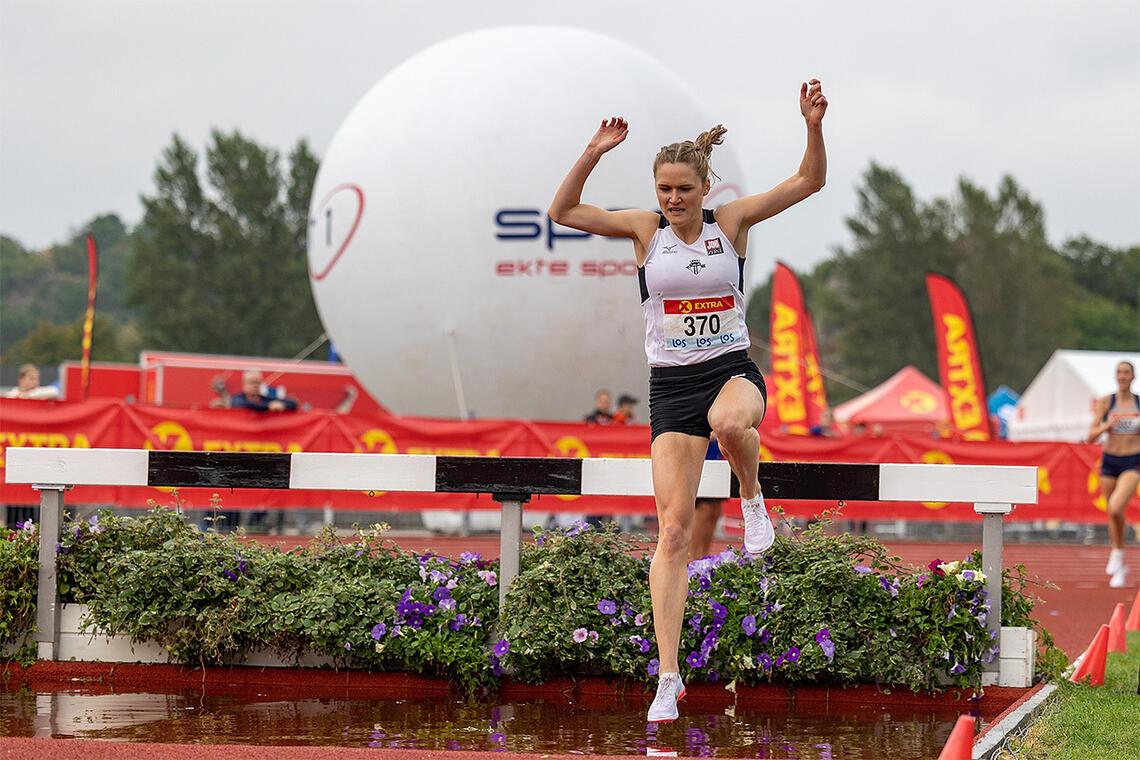 Etter fem års hinderpause var Ingeborg Løvnes tilbake, og 29-åringen fiksa både hinderpasseringene og løpinga mellom hindrene på godt vis. (Foto: Samuel Hafsahl)