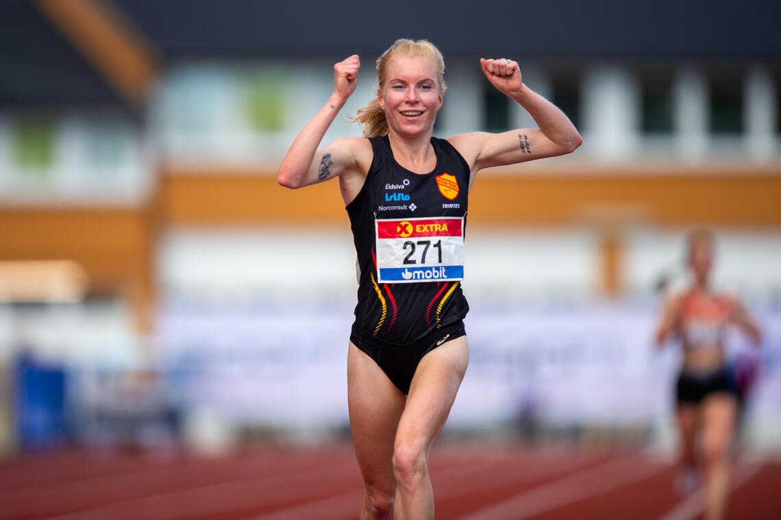 En jublende glad Ida Meli Narbuvoll i det hun sikrer seg sitt første senior-NM-gull på 10000 m søndag. (Foto: Samuel Hafsahl)