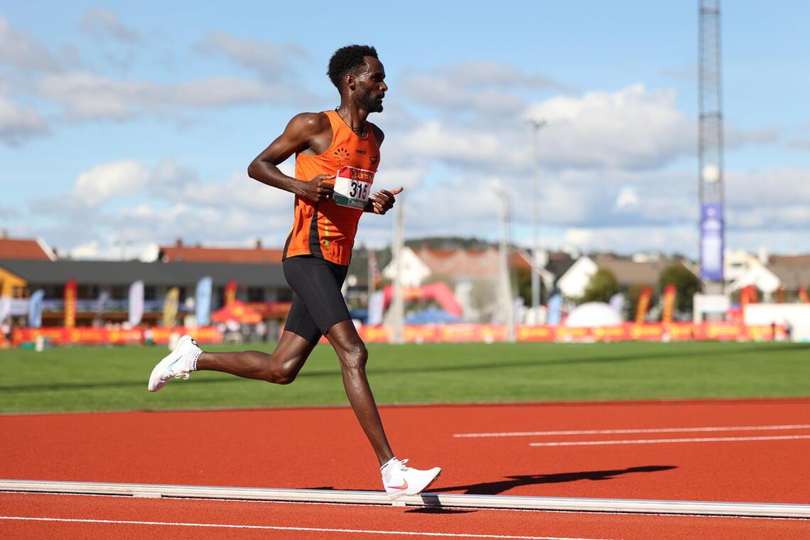 Zerei Kbrom Mezngi avsluttet 10 000 m med stil og overbevisende NM-gull. (Foto: Samuel Hafsahl)