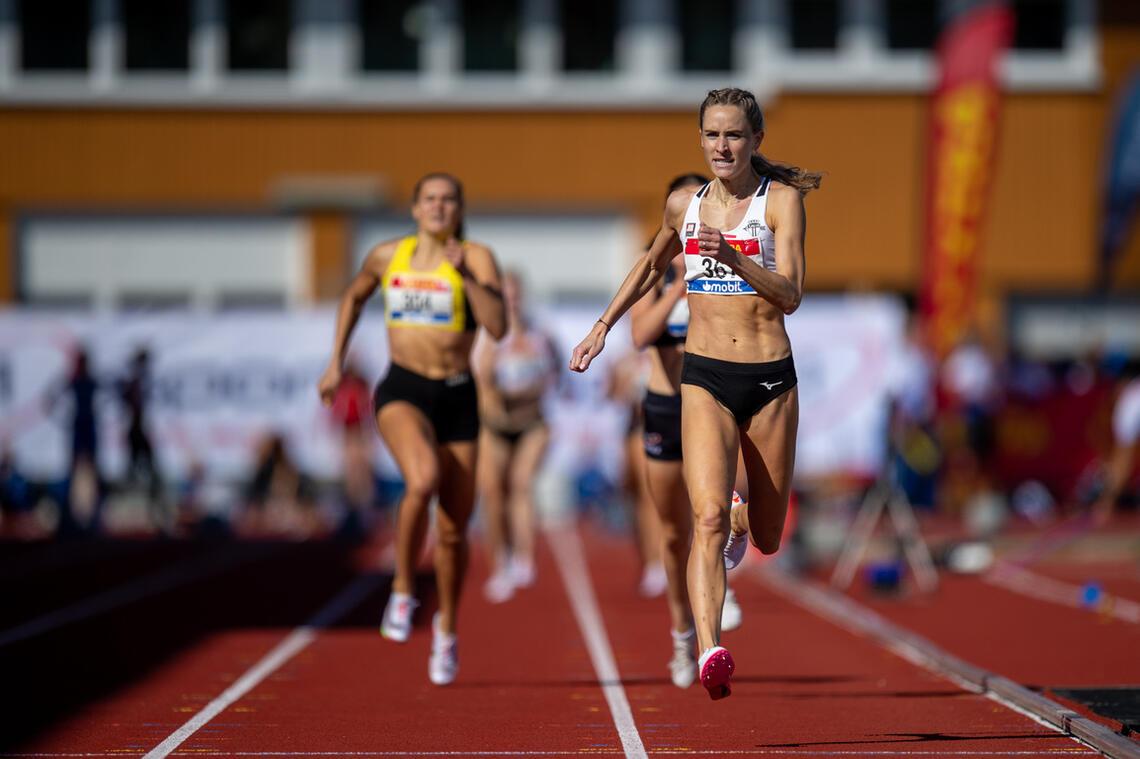 Hedda Hynne i luftige kliv mot mål til et nytt 800m-gull. (Foto: Samuel Hafsahl)
