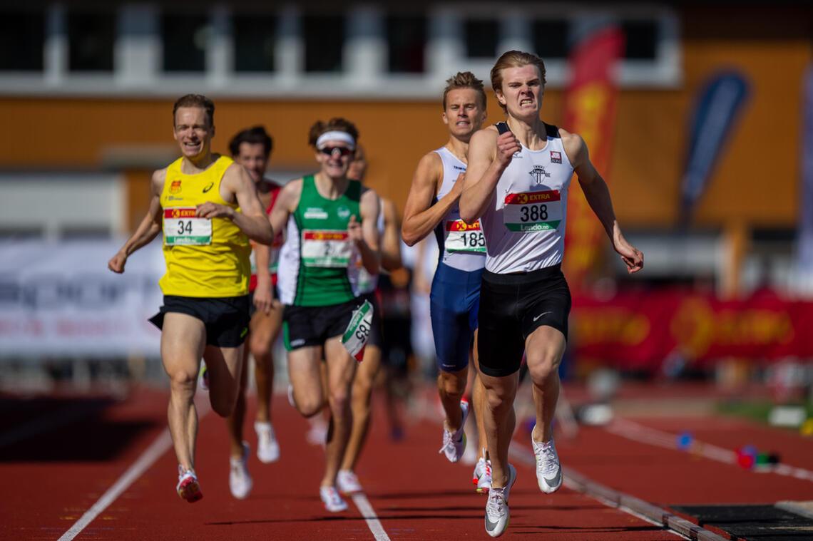 Tobias Grønstad spurter ned konkurrentene og tar NM-gull. (Foto: Samuel Hafsahl)