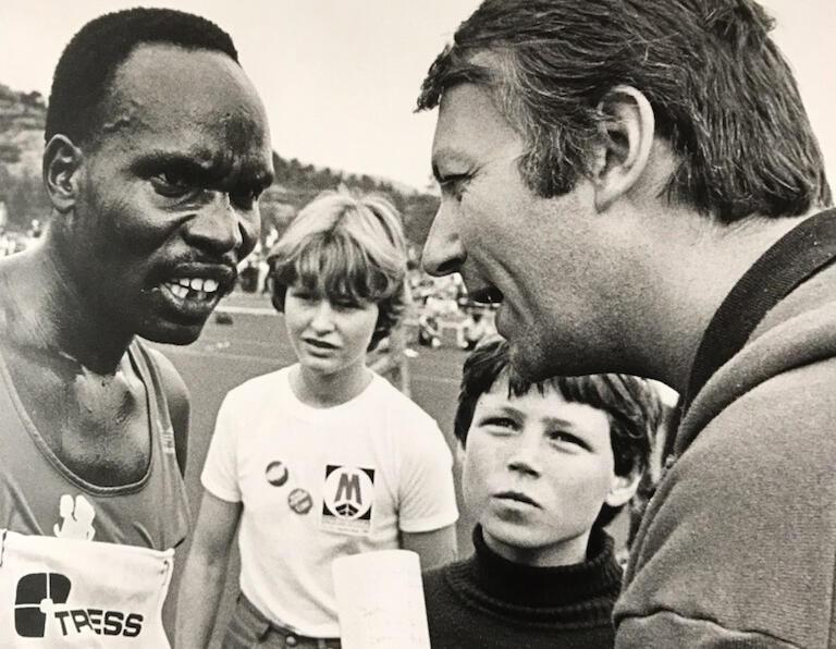 Etter verdensrekordløpet: Bergens Tidendes utsendte Jan Arild Larsen intervjuer Henry Rono.
