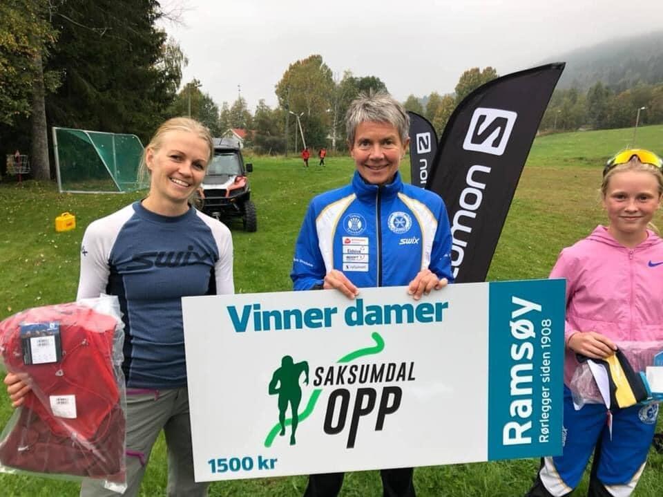 Damene som havnet på pallen i Saksumdal Opp. Fra venstre Ingrid Wadahl, i midten vinner Torunn Ølstad og til høyre junior Sina Hovde. (Alle foto: Aud Jorunn H. Hagesveen)