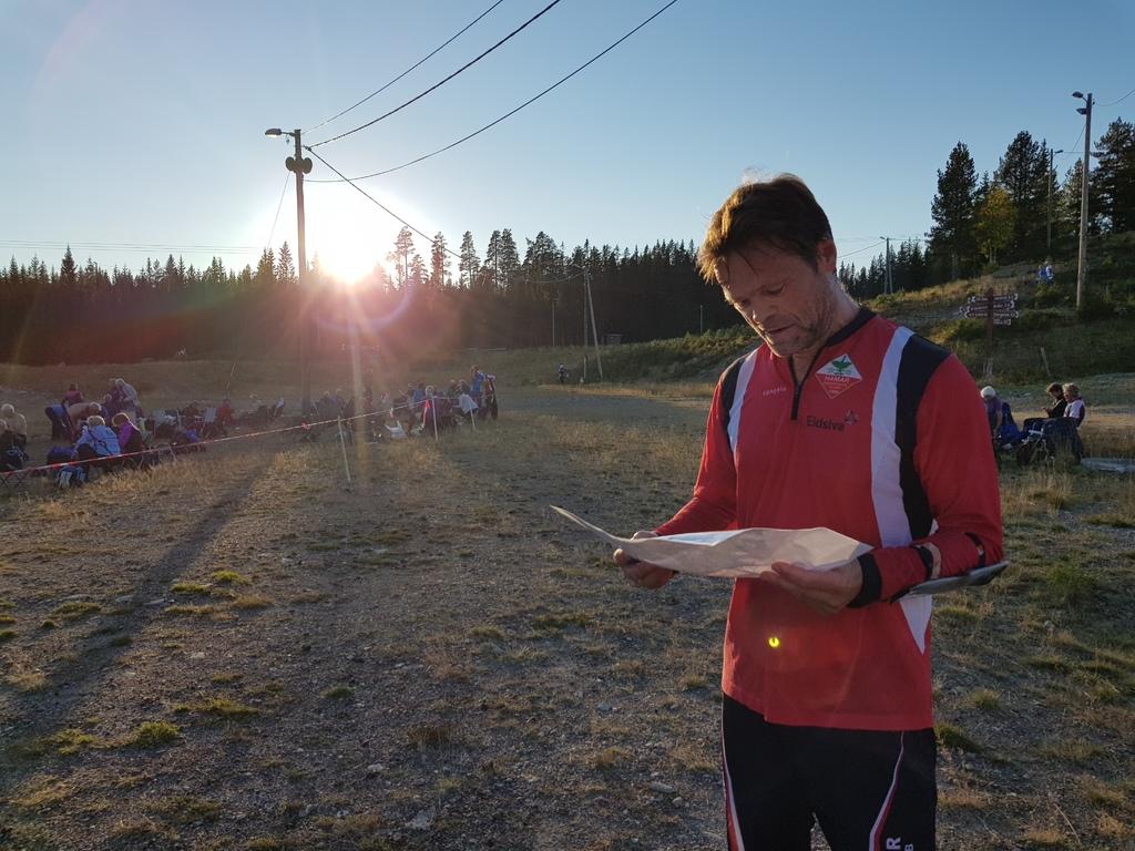 Ole Christian Bang studerer kartet etter målgang.jpg