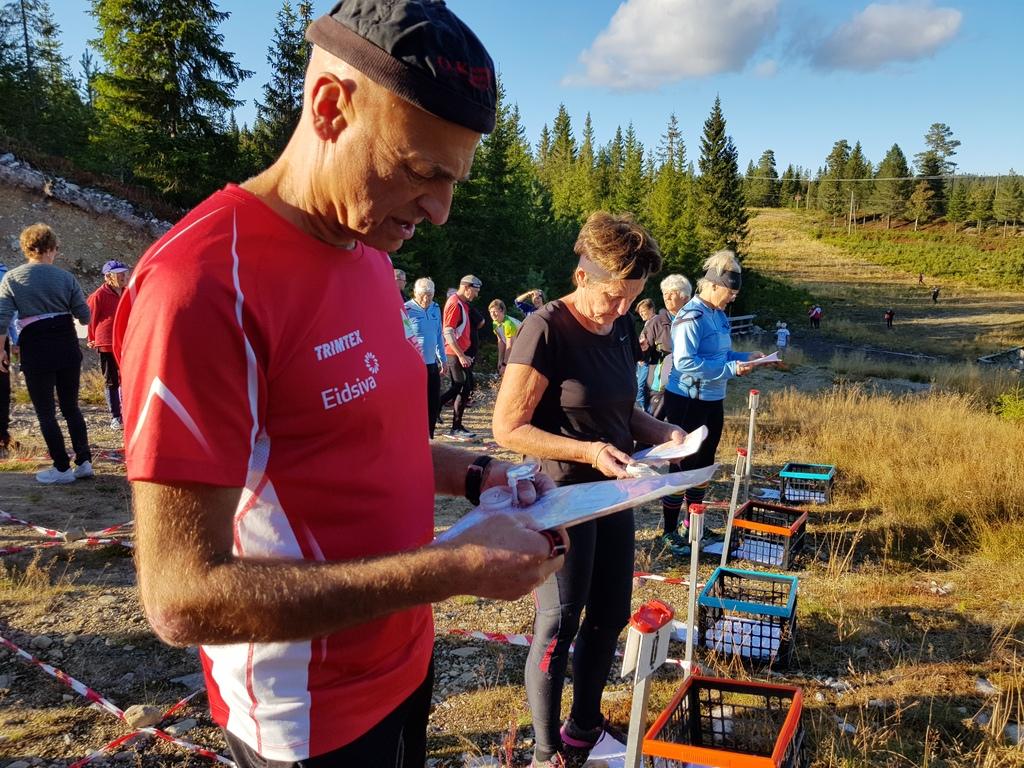 Edvind Elisenberg studerer kartet.jpg