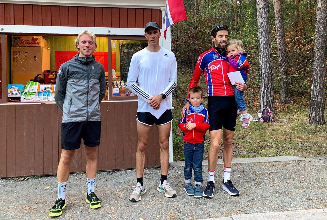 Det var kun fire sekunder som skilte de tre beste i herreklassen i Ryeløpet. Pål Asbjørn Kullerud (midten) vant på 17:34 foran Andreas Staune-Mittet (venstre) og Robin Mackenzie-Robinson (høyre). (Alle foto: arrangør SK Rye)
