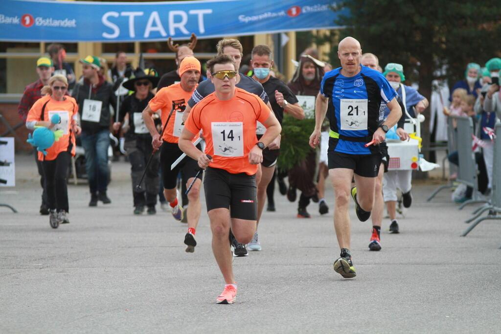 Starten for den 7. Hakkihæl-stafetten på Rena Torg onsdag. (Foto: Geir Hjermstad)