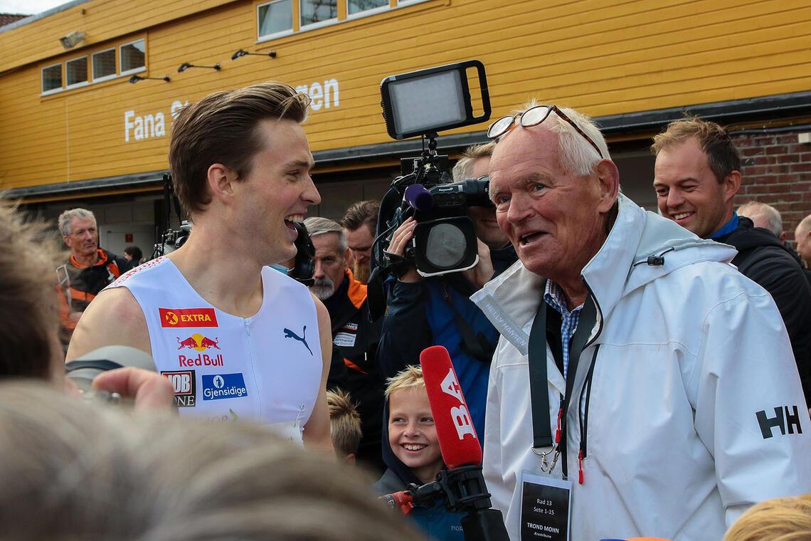 Karsten Warholm fikk gratulasjoner fra Trond Mohn etter rekordløpet sitt. (Alle foto: Arne Dag Myking)