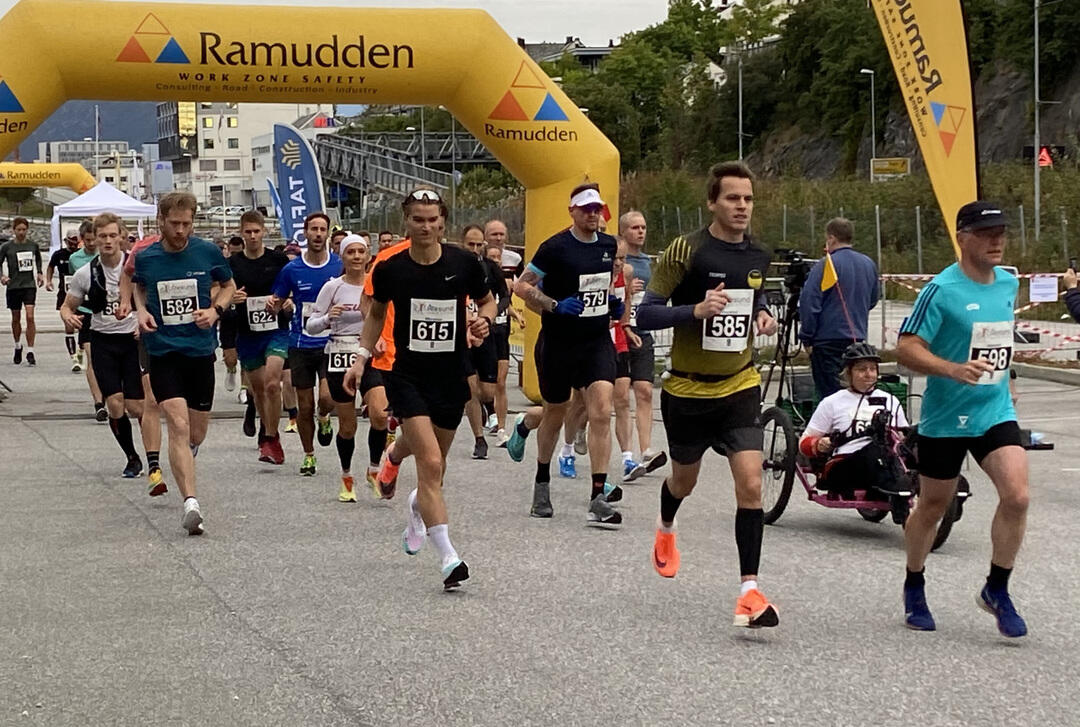 Maratondistansen hadde start allerede kl. 08.00 lørdag morgen. Foto: Helge Fuglseth