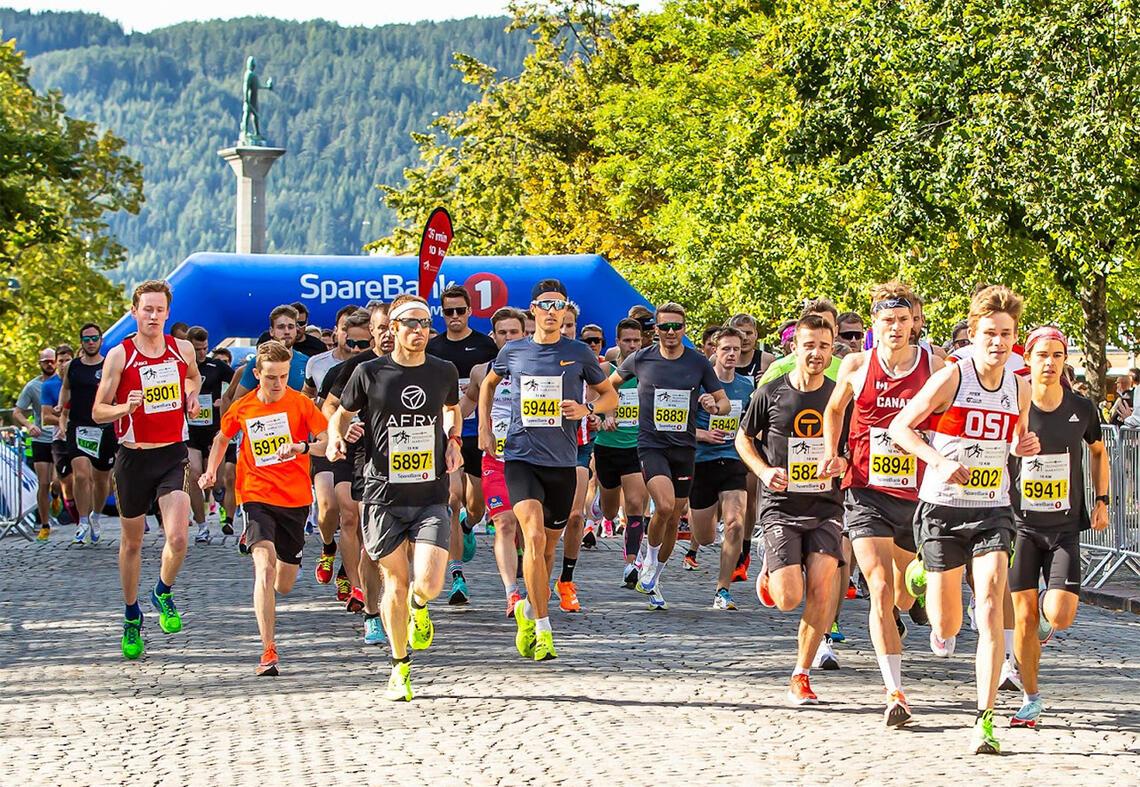 Artikkelforfatter og Kondis-president Tim Bennett hadde en fin opplevelse da han deltok i Trondheim Maraton. Her ser vi fra starten på 10 kilometeren. (Foto: Kjell Thore Leinhardt)