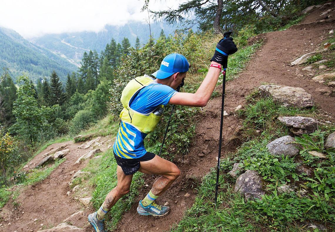 I mange av de lange og bratte fjelløpa er det en stor andel av løperne som bruker staver. (Foto: Sylvain Cavatz)