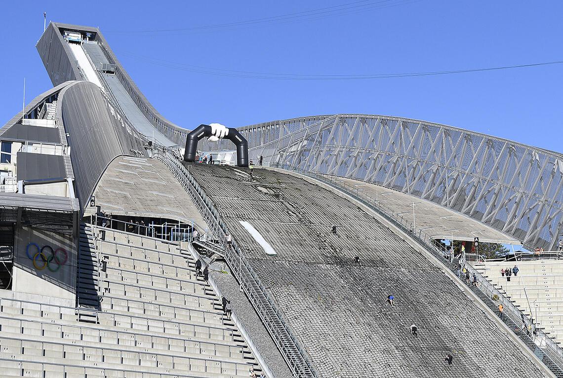 Toughest arrangeres i områdene rundt Holmenkollbakken, og avsluttes med å løpe opp det stupbratte unnarennet i den karakretistiske hoppbakken. (Alle foto: Bjørn Johannessen)