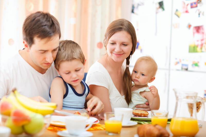 Illustrasjonsbilde av en familie på fire. Mostphotos.com/Shalamov