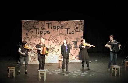 Fem musikarar på scena.