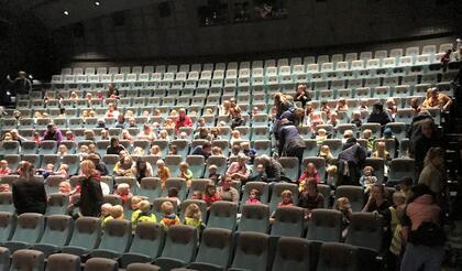 Publikum i fyller mange av radene i Storsalen på kulturhuset.