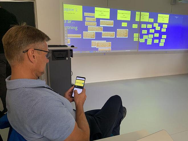 Bilde av smartskjerm på Visualiseringssenteret på Universitetet.
