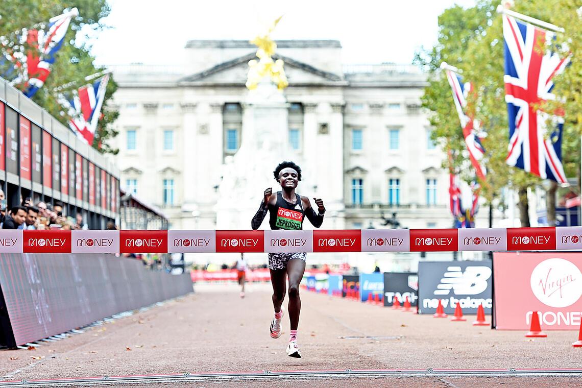 Joyciline Jepkosgei fra Kenya løper i mål foran Buckingham Palace som vinner av kvinnenes London Marathon. (Foto: Mark Shearman)