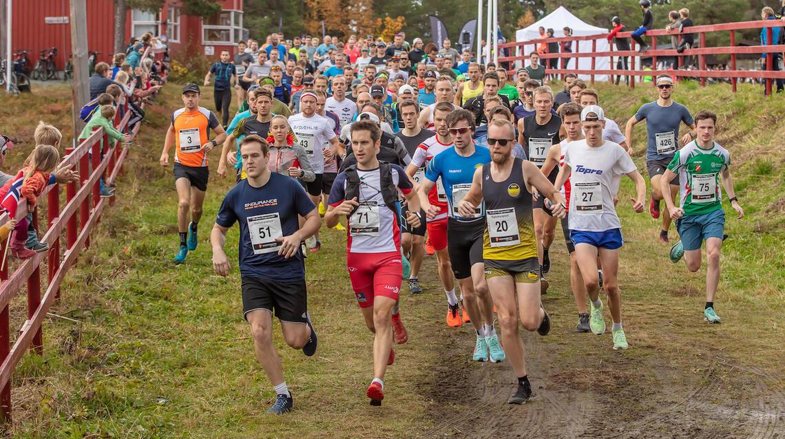 Starten går for Trondheim Skogsmaraton 2021. God stemning i en tøff men flott løype! (Foto: Kjell Thore Leinhardt)