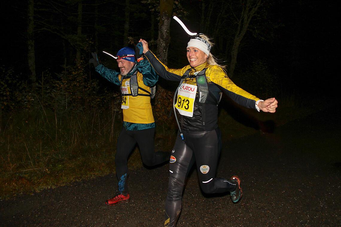 Bengt Eliassen og Lisbeth Fauskanger løper begeistret i mål etter å ha løpt over Blåmanen i mørket. (Alle foto: Arne Dag Myking)
