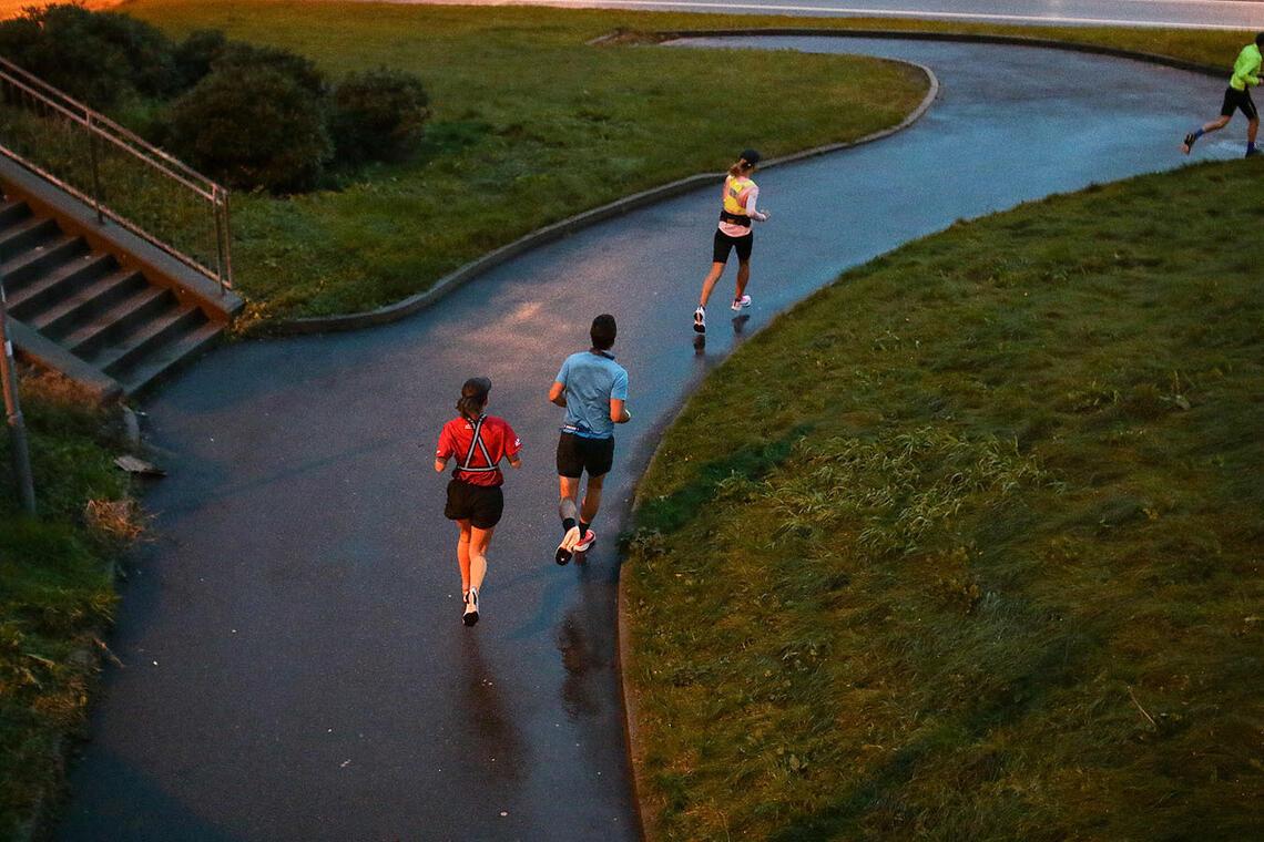 Løperne kommer ut fra gangbroen under Åsaneveien ved IKEA. (Alle foto: Arne Dag Myking)