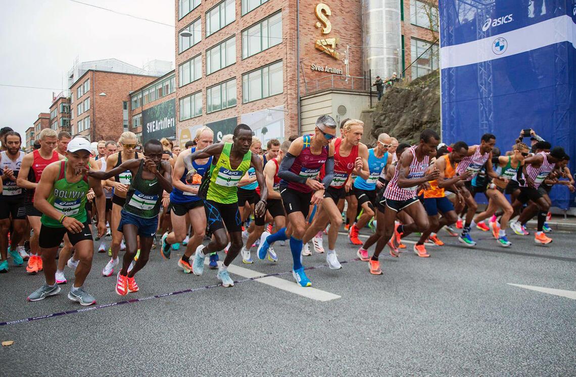 Starten går for Stockholm Marathon 2021. (Foto: ASICS Stockholm Marathon)