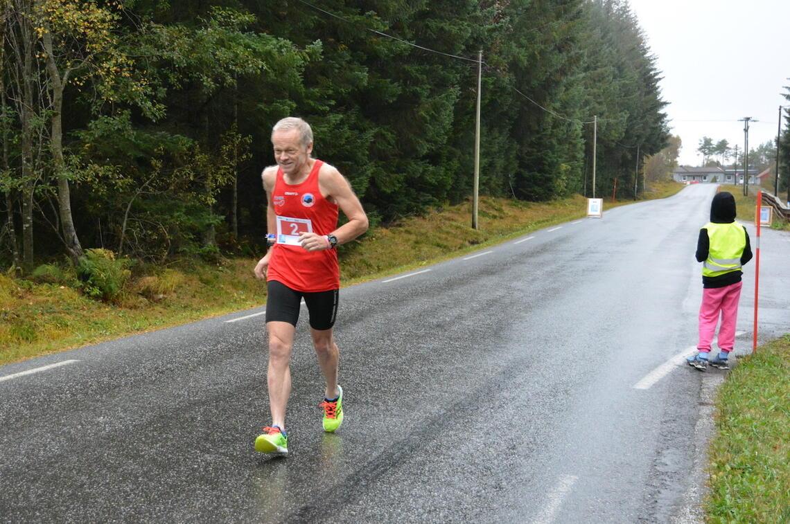 Inge Asbjørn Haugen fra Hornindal IL løp på årsbeste og kunne notere seg for sin maraton nummer 622. (Foto: Romsdal 5/10/halv)