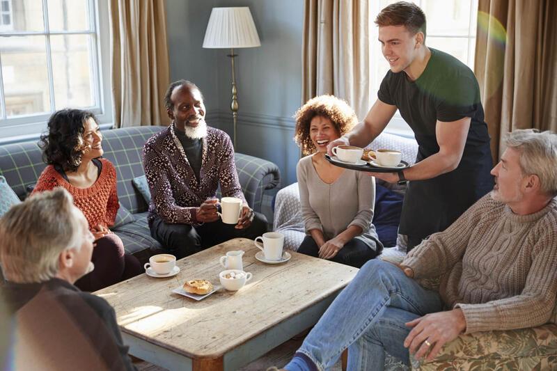 Illustrasjonsbilde av en gjeng som samles over en kaffekopp. Foto: Mostphotos.com/Gabby Baldroco