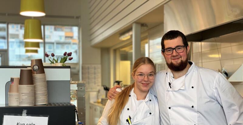Buen bygdakafé åpner igjen 1. november. Julia Eriksson og Petter Kvernemo er blant de mange ansatte som gleder seg til å få besøk igjen. Foto: Melhus kommune/Marthe Eid