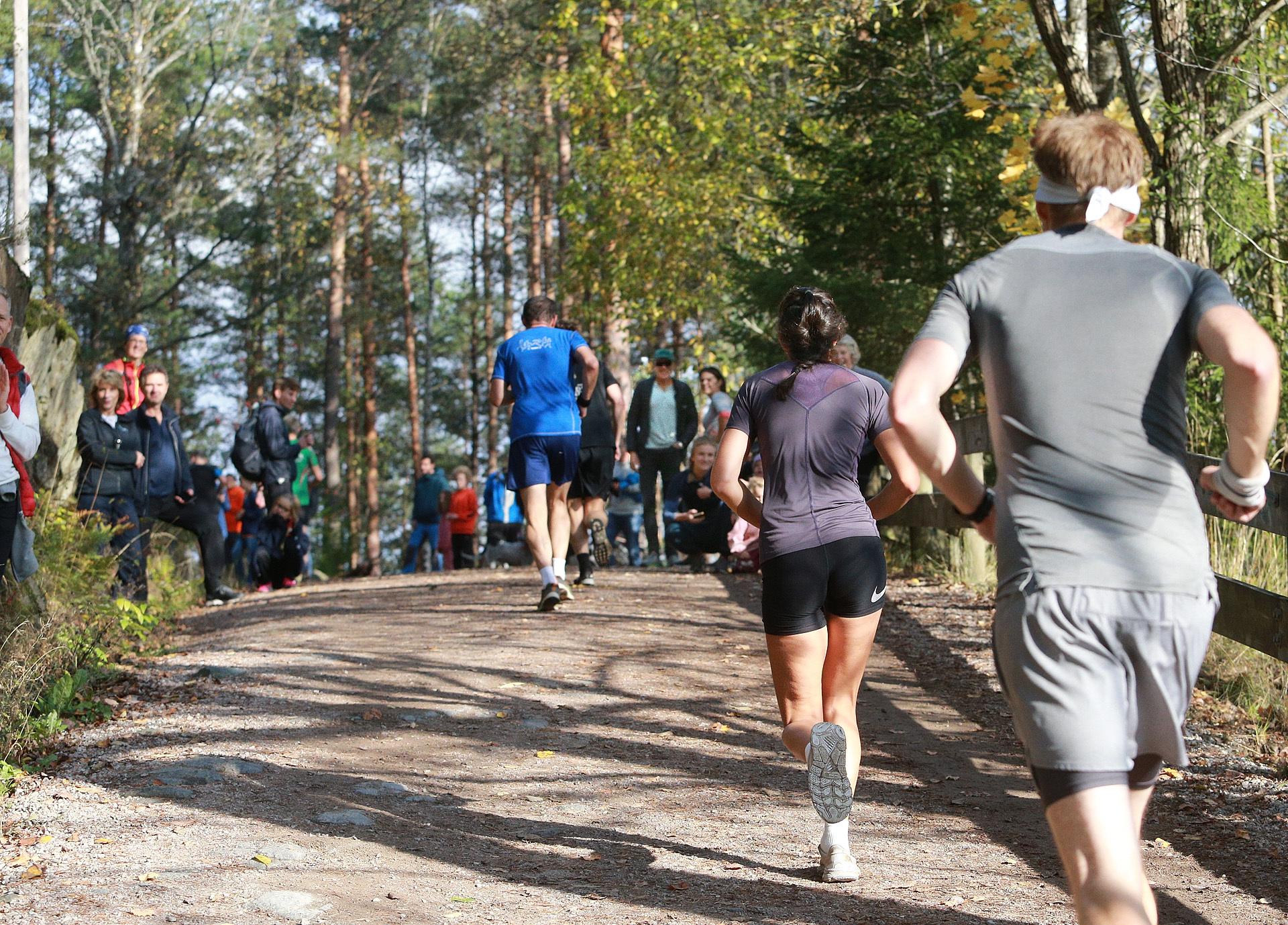 10km_bakkespurten_skuelystne_samlet_for_å_se_loepere_pine_seg_opp_AZ3T1426.jpg