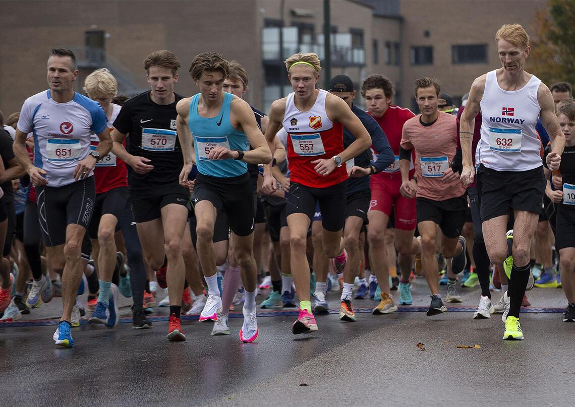 Start på årets utgave av Re-mila, 5 og 10 km. I midten ser vi Oliver Vedvik (i singlet litt til venstre i bildet) som vant 5 km. På 2. plass kom Andreas Helerstad (557 - i bildet rett til høyre for Vedvik). (Alle foto: Arvid Klokk)
