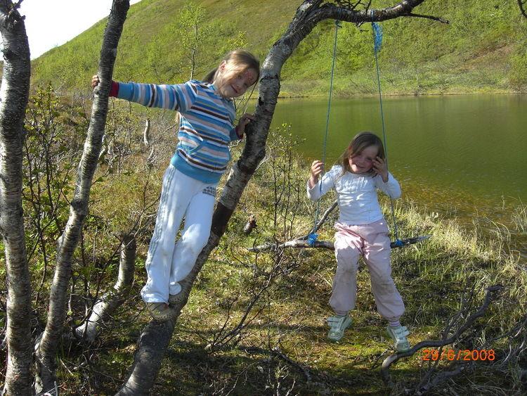 barn som leker i skogen
